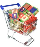 En shoppingspårvagnvagn med julgåvor Royaltyfri Foto