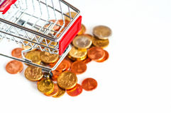 En shoppingvagn med euromynt, symboliskt foto för att inhandla p Arkivfoto