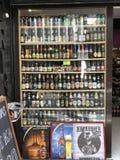 En shopwindow av ett öl shoppar fullt av olika märken av öl arkivbild