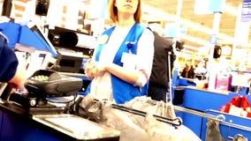En sida av det inre Walmart för kontrollräknare lagret lager videofilmer