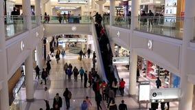 En sida av folk som shoppar inom den Burnaby shoppinggallerian lager videofilmer