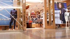 En sida av folk som shoppar inom den Burnaby shoppinggallerian arkivfilmer