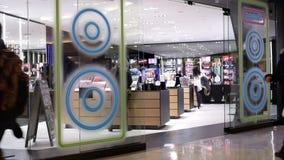 En sida av folk som shoppar skönhetsmedlet inom den Burnaby shoppinggallerian lager videofilmer