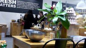 En sida av shoppare inom frodigt hemlagat skönhetsmedellager stock video