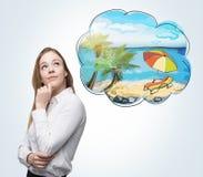 En sidosikt av en kvinna som drömmer om sommarsemester på stranden Ett trevligt sommarställe dras i tankebubblan konkret royaltyfri illustrationer