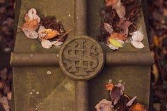 En sigil som markerar på en grav royaltyfri fotografi