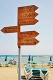 En Signage på en strand Arkivbild