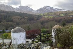En sikt över en av många snö överträffade kullar och dalar av de Mourne bergen i länet ner i nordligt - Irland på ett tråkigt M royaltyfria foton