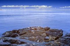 En sikt över det blåa vattnet av den Waikowhai fjärden, Nya Zeeland royaltyfria bilder