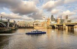 En sikt över flodThemsen av finansiella skyskrapor av Londo Royaltyfri Foto