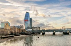En sikt över flodThemsen av finansiella skyskrapor av Londo Fotografering för Bildbyråer