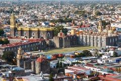 En sikt över gamla kyrkor av Cholula, Puebla stat arkivbilder