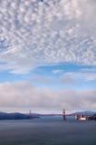 En sikt över Golden gate bridge Arkivbilder