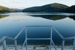 En sikt av artificlsjön arkivfoton