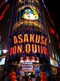 En sikt av Asakusa gör Quijote på natten Royaltyfria Bilder