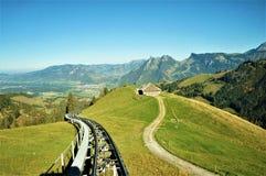 En sikt av berg som tas från bergbanan av Moléson arkivfoto