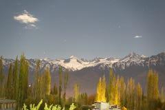 En sikt av berget och att sörja träd med snö överst på nattetid i Leh, Ladakh, Indien fotografering för bildbyråer