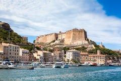 En sikt av Bonifacio port och den gamla staden, Korsika ö Frankrike Arkivfoton
