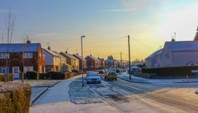 En sikt av en bostads- gata, i att läsa UK på soluppgång i vinter Royaltyfri Bild