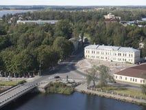 En sikt av breda flodmynningen av Vuoksi och golfen av Finland i utkiken står högt i Vyborg Arkivfoton