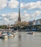 En sikt av Bristol Docks med kyrkan av St Mary Redcliffe arkivbilder
