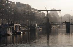 En sikt av en bro på Enterpotdok Amsterdam, Nederländerna arkivbilder