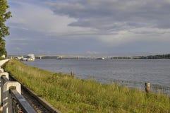 En sikt av bron och pir i staden av Kostroma arkivfoto
