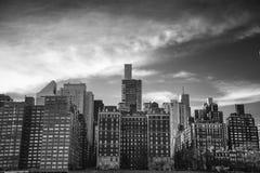 En sikt av byggnaderna av den östliga sidan New York arkivfoton