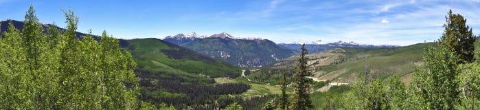 En sikt av Colorado statlig huvudväg 149 till och med Sanen Juan Mounta Royaltyfri Foto