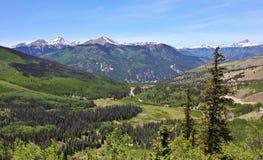 En sikt av Colorado statlig huvudväg 149 till och med Sanen Juan Mounta Arkivbilder