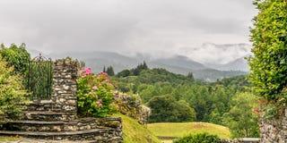 En sikt av en dal från en stenvägg och en port royaltyfria foton