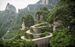 En sikt av de farliga 99 kurvorna på den Tongtian vägen till det Tianmen berget, porten för himmel` s på Zhangjiagie, Hunan lands Arkivfoto