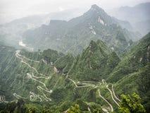 En sikt av de farliga 99 kurvorna på den Tongtian vägen till det Tianmen berget, porten för himmel` s på Zhangjiagie, Hunan lands Arkivbild