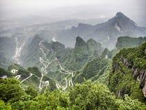 En sikt av de farliga 99 kurvorna på den Tongtian vägen till det Tianmen berget, porten för himmel` s på Zhangjiagie, Hunan lands Royaltyfri Foto