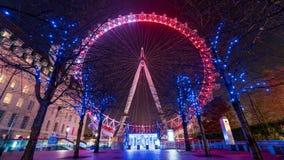 En sikt av de härliga julljusen i centrala London arkivfoto