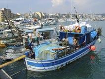 En sikt av den Anzio hamnen, Italien, med fiskebåtar och nöjehantverket fotografering för bildbyråer