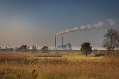 En sikt av den Avendøre kraftverket från Svenskeholm royaltyfria bilder