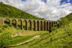 En sikt av den avlagda järnväg viadukten i Smardale Royaltyfria Bilder