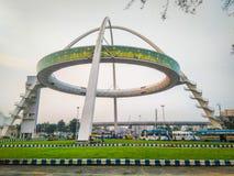 En sikt av den Biswa Bangla porten på den nya staden, Rajarhat, Kolkata på skymning royaltyfria foton