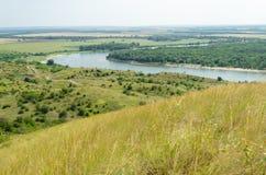 En sikt av den breda floden, fälten och ängarna Fotografering för Bildbyråer