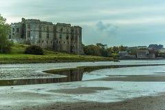 En sikt av den Carew breda flodmynningen förbi den Carew slotten in mot det tidvattens- maler i Pembrokeshire Royaltyfri Fotografi