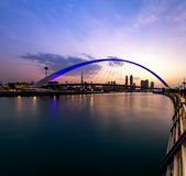 En sikt av den Dubai kanalen och Dubai horisont Arkivbilder