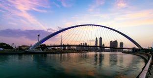 En sikt av den Dubai kanalen och Dubai horisont Arkivbild