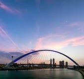 En sikt av den Dubai kanalen och Dubai horisont Arkivfoton