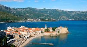 En sikt av den gamla staden huvudet av för Budva och Richard ` s sätter på land, Budva, Montenegro Arkivfoton