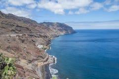 En sikt av den Gaviotas stranden och Nord-öst seglar utmed kusten i Tenerife Arkivfoton