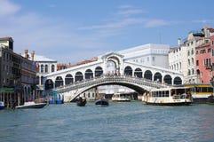 En sikt av den Grand Canal och Rialto bron i Venedig Arkivbilder