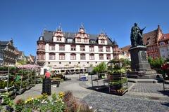 En sikt av den historiska marknadsfyrkanten i Coburg, Tyskland arkivbild