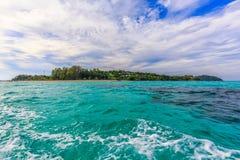 En sikt av den Lipe ön från fartyget, Satun, Thailand Arkivfoto