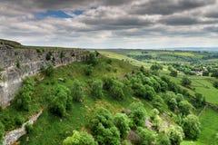 En sikt av den Malham lilla viken i den yorkshire dalnationalparken Arkivfoto